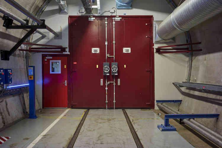 Un sas maintient la zone nucléaire en dépression, pour éviter que ne s'échappent des particules de radioactivité.