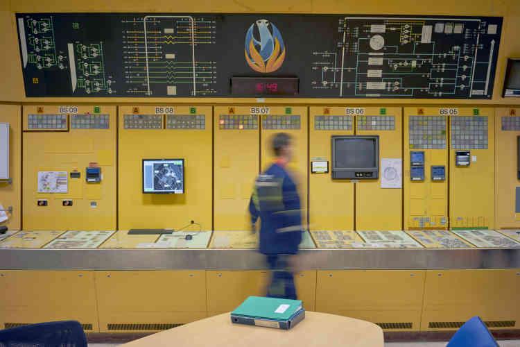 L'ancienne salle de commandea été transformée en salle de surveillance, où des salariés se relaient en trois-huit. Un contrôle continu est exercé sur l'alimentation électrique du site, la ventilation, le risque d'incendie et l'environnement. Au centre du tableau est représenté l'emblème de la centrale: le phénix, l'oiseau légendaire renaissant de ses cendres.