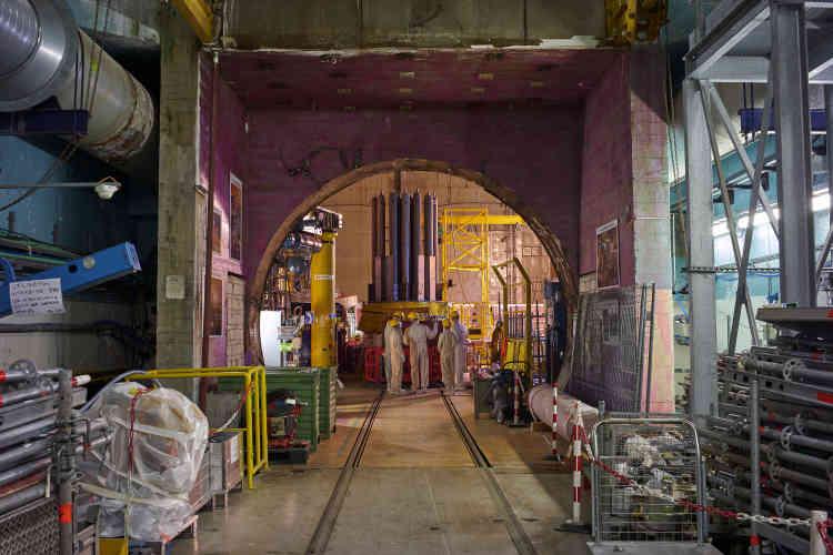 L'entrée de la plus grande des deux cavernes, haute de 45mètres, longue de 40 et large de 25, abritant le réacteur de ChoozA. Au premier plan, le couvercle de la cuve, surmonté des gaines de barres de contrôle de la réaction nucléaire: une pièce de 70tonnes, déposée début mars par un pont de levage.