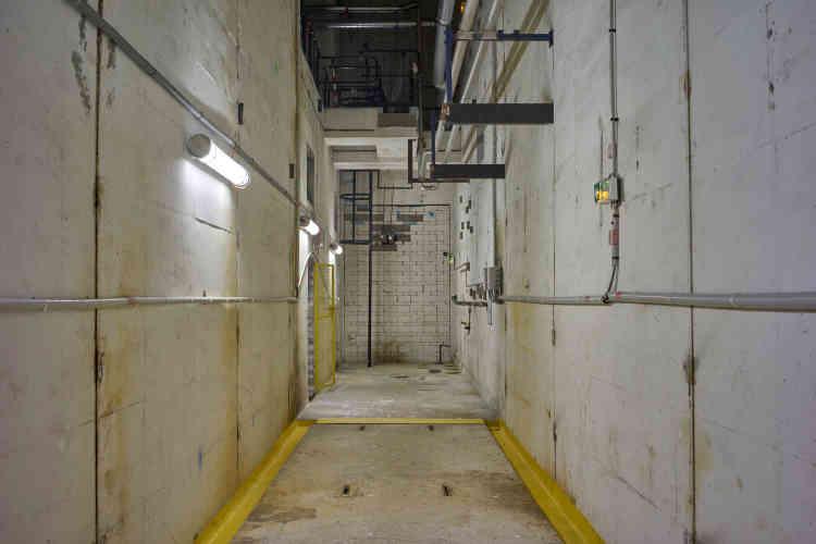 Salle entièrement vidée dans la caverne auxiliaire, où EDF a aménagé un «appartement témoin d'un démantèlement achevé».D'ici cinq ans, toute trace des activités passées devrait avoir disparu des galeries de Chooz A, avant leur remblaiement et leur obturation définitive.