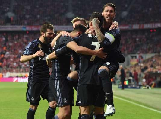 Les équipiers de Cristiano Ronaldo le félicitent après son doublé face au Bayern de Munich, le 12 avril.