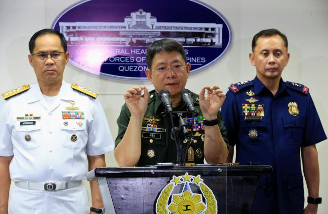Selon le général Ano (au centre), Abou Rami voulait « se faire un nom » et était impliqué dans un projet d'enlèvement de touristes sur l'île de Bohol, très loin du fief du groupe islamiste sur l'île de Jolo, à 500 km de là.