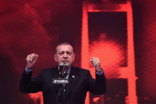Le président turc, Recep Tayyip Erdogan, lors d'un meeting, le 12 avril à Istanbul.