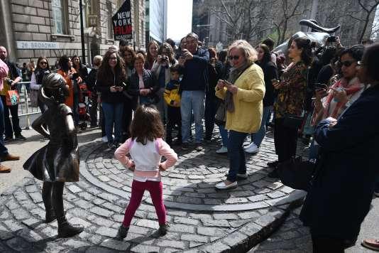 La statue«Fearless Girl», installée à Wall Street par un fonds de gestion, a immédiatement attiré l'attention de touristes du monde entier et a été saluée par le maire de la ville et plusieurs personnalités comme un symbole de la lutte pour l'égalité hommes-femmes.