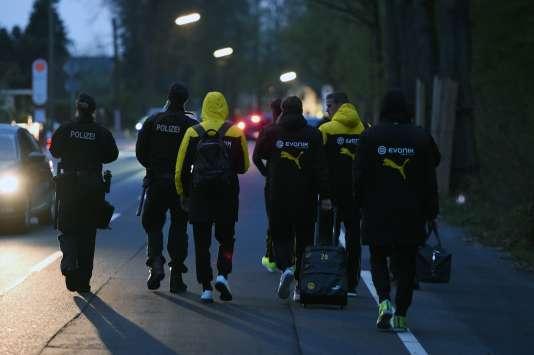 Les joueurs du Borussia Dortmund escortés par la police, mardi 11 avril.