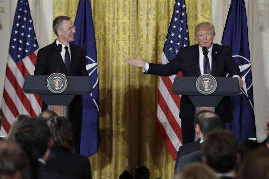 Donald Trump tient une conférence de presse avec lesecrétaire général de l'OTAN, Jens Stoltenberg, à Washington le 12 avril.
