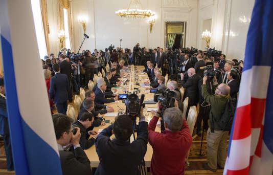La presse a eu accès un instant à la salle où se sont rencontrés Rex Tillerson, le ministre des affaires étrangères des Etats-Unis et son homologue russe Sergueï Lavrov, à Moscou le 12 avril.