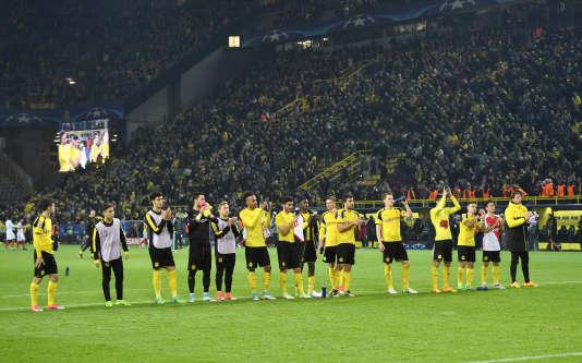 Défaits (3-2) par Monaco, les joueurs du Borussia Dortmund communient avec leurs supporteurs, mercredi 12 avril.