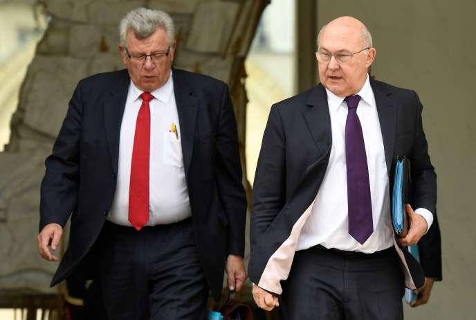 Le ministre de l'économie et des finances Michel Sapin et le secrétaire d'Etat chargé du budget Christian Eckert à la sortie du palais de l'Elysée le 5 avril 2017.