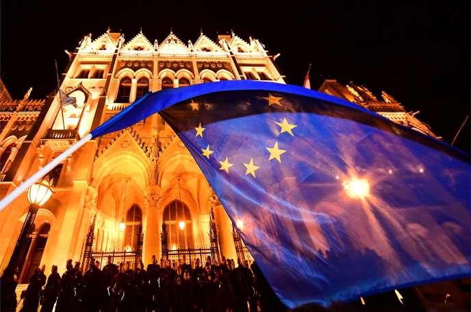 Un drapeau européen porté par un des participants au rassemblement contre la politique du premier ministre Viktor Orban, devant le Parlement hongrois, le 12 avril.