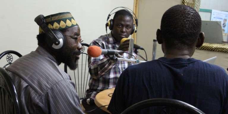 Le rédacteur en chef de Radio Solidarité, Abdoul Karim Sawadogo (au centre), lors de son émission« Bangré Vuim », en compagnie de représentants de différentes religions et de la société civile, le 20mars 2017, à Ouahigouya, au Burkina Faso.