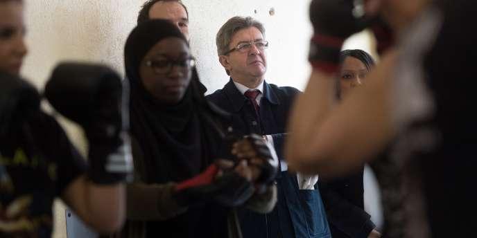 Jean-Luc Mélenchon lors d'une visite d'un club de boxe féminin, à Marseille, le 8mars 2017.