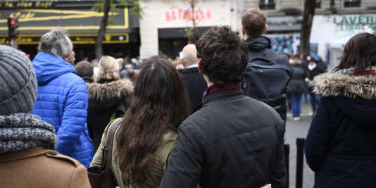 Un an après les attentats du 13 novembre 2015, une foule se recueille devant le Bataclan.