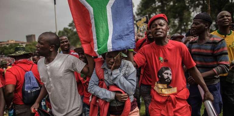 Des membres des Combattants pour la liberté économique (EFF), le parti de Julius Malema, manifestent contre le président sud-africain, Jacob Zuma, le 12avril 2017, à Pretoria.