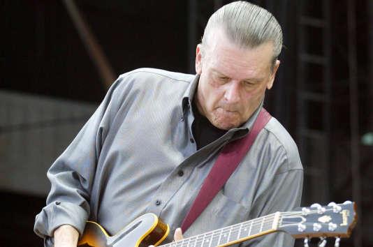Le guitariste J. Geils, du J. Geils Band, lors d'un concert donné à Boston en août2010.