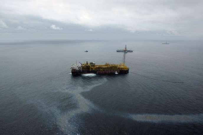 Vue générale de l'exploitation offshore en eau profonde du Bloc 17 de la compagnie pétrolière française Total Fina Elf, le 17 octobre 2003 au large de la capitale Angolaise. (de G à D)