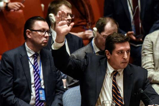 Le représentant de la Russie à l'ONU vote contre la résolution du Conseil de sécurité condamnant l'usage d'armes chimiques en Syrie, le 12 avril.