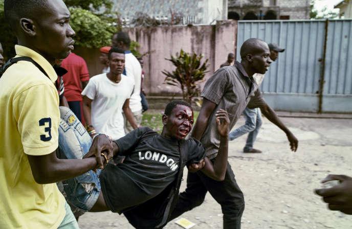 «Les manœuvres politiques du régime semblent contredire les déclarations sur la tenue des élections en décembre2017»(Photo: un militant du parti d'opposition Union pour la démocratie et le progrès social (UDPS) est évacué après avoir été blessé lors de heurts avec la police à Kinshasa, le 28 mars).