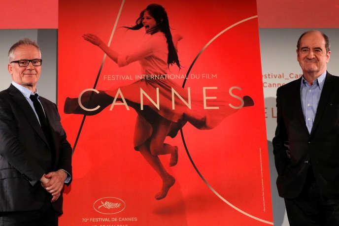 Le délégué général du Festival de Cannes, Thierry Frémaux (à gauche), et son président, Pierre Lescure, avec l'affiche de la 70e édition, lors de la conférence de presse à Paris, le 13 avril 2017.