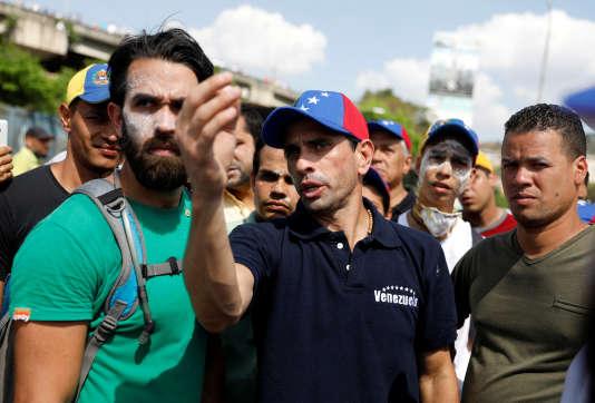 Le leader de l'opposition vénézuelienne, Henrique Capriles (au centre), lors d'une manifestation à Caracas, le 8avril.