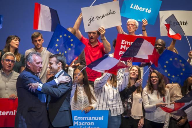 Emmanuel Macron et François Bayrou, maire de Pau, lors d'un meeting de campagne à Pau, mercredi 12 avril.
