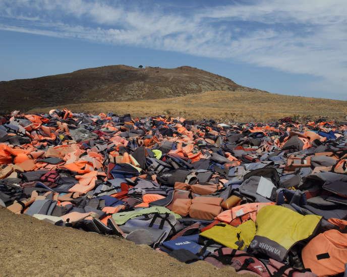 Gilets de sauvetages abandonnés sur une plage de Lesbos, île grecque en face de la Turquie, juillet 2016. Extrait de «La nuit tombe sur l'Europe», photographies et film.