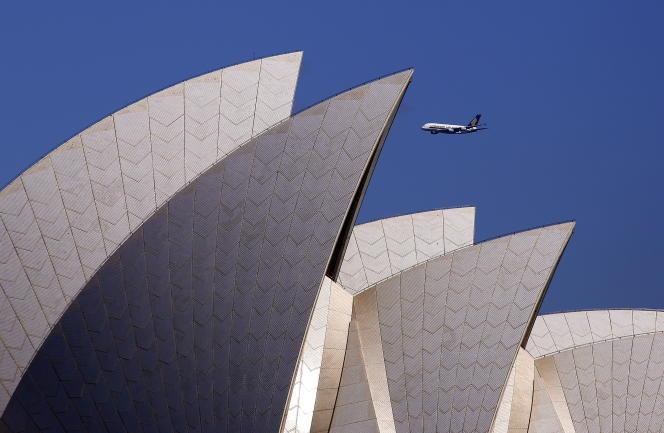 Un A380 de la Singapore Airlines dans le ciel de Sydney.