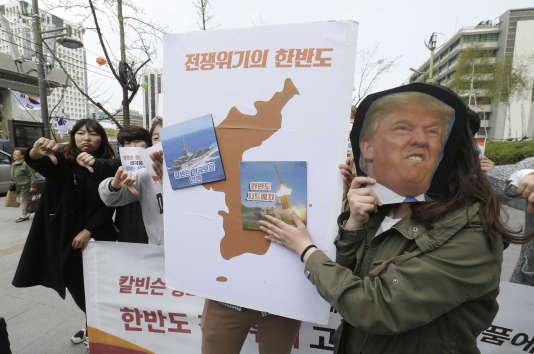 Manifestation contre le déploiement du bouclier anti-missile THAAD en Corée du Sud et l'envoi d'un porte-avions américain vers la péninsule coréenne, devant l'ambassade américaine à Séoul, le 13 avril.