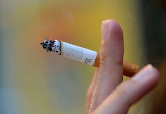 Image datant de2012, montrant une femme fumant une cigarette.