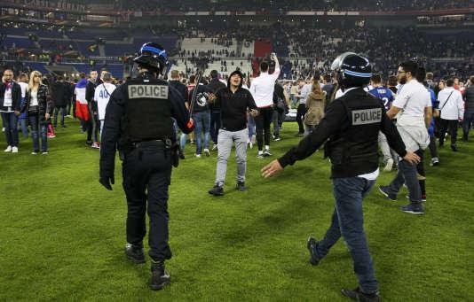 Cibles de pétards et de bombes agricoles de la part de certains de leurs homologues du Besiktas, les supporteurs de l'OL installés en tribune sud ont envahi la pelouse avant le coup d'envoi.