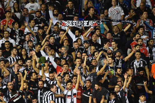 Des supporteurs du club de Besiktas lors du match face à Tottenham, à Londres.