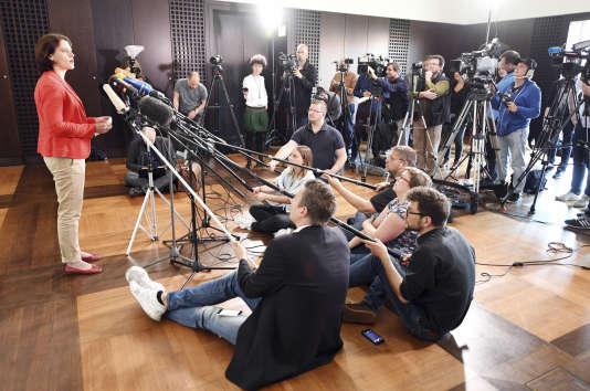 Frauke Köhler, porte-parole du procureur général fédéral, donne une conférence de presse sur l'enquête, à Karlsruhe le 12 avril.