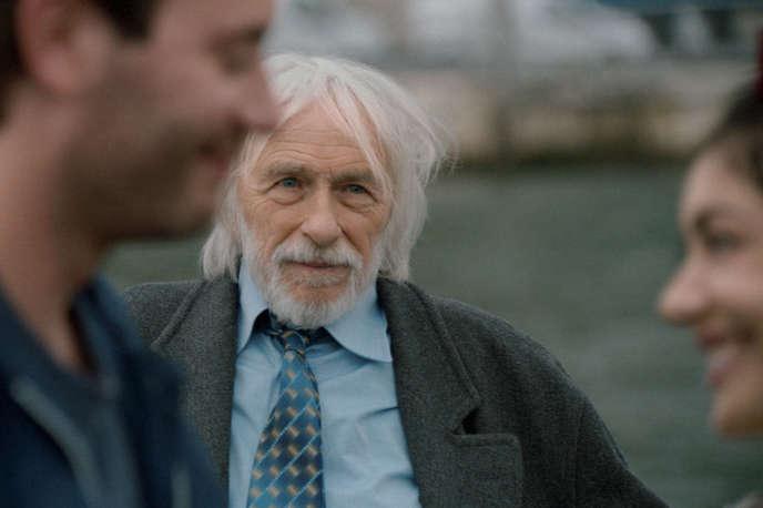 Pierre Richard (avec Yaniss Lespert et Fanny Valette au premier plan) dans le film français deStéphane Robelin,« Un profil pour deux».