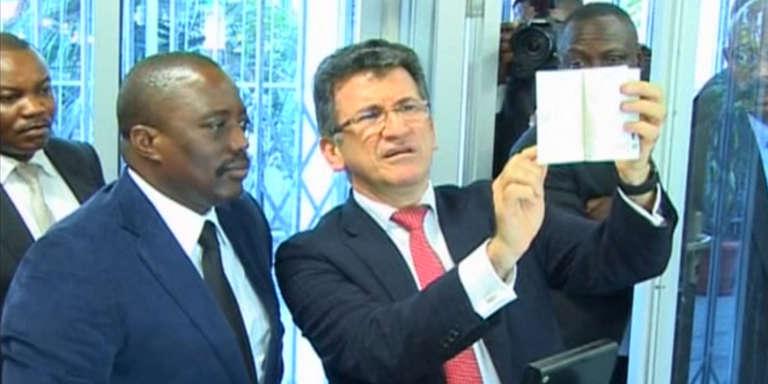 Le président congolais, Joseph Kabila, et le PDG de la société Semlex, Albert Karaziwan, en novembre 2015 au moment du lancement du nouveau passeport biométrique.
