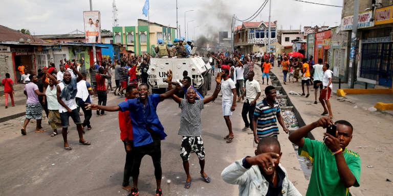 Des habitants de Kinshasa chantent des slogans hostiles au président Joseph Kabila dont le mandat s'est achevé le 19 décembre 2016.