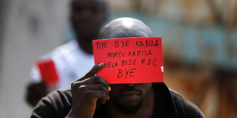 Un opposant à Joseph Kabila muni d'un carton rouge, un symbole appelant au départ du président.