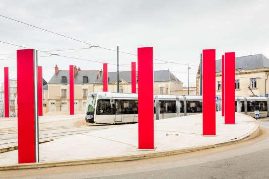 Les totems-arbres sur le parcours du tram conçu par Daniel Buren.