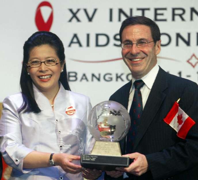Mark Wainberg avec Sudarat Keyuraphan, la ministre de la santé publique thaïlandaise, en 2004.
