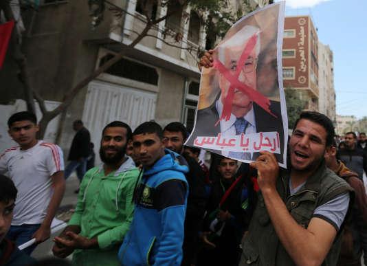 Des militants du Hamas manifestent contre le président de l'Autorité palestinienne, Mahmoud Abbas, à Khan Younès, dans la bande de Gaza, le 14avril.