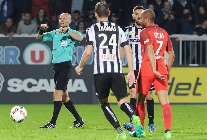 Tony Chapron, ici en avril 2017, lors d'un match entre Angers et Paris-Saint-Germain.