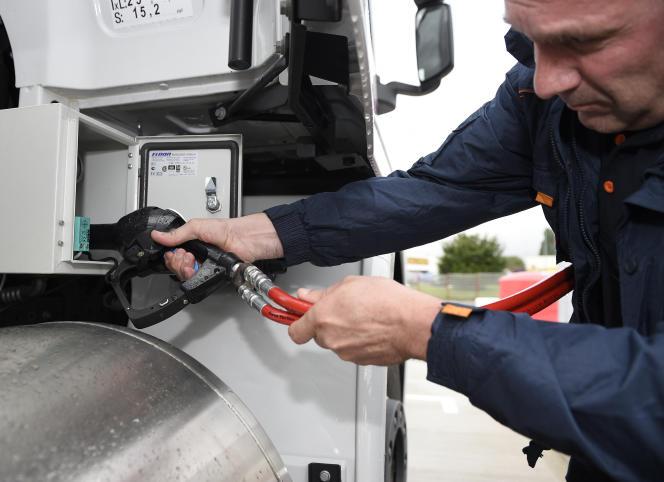 Le remplissage duréservoir d'un camion dans une station de gaz d'Air Liquide, le 28juin 2016, à Fléville-devant-Nancy, en Meurthe-et-Moselle.