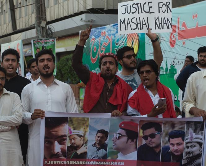 Manifestation, à Karachi (Pakistan) le 14 avril, pendant laquelle les participants réclament justice pour Mashal Khan, un étudiant accusé de blasphème battu à mort.