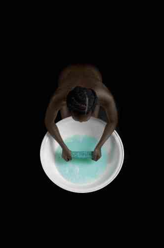 «Buhlebezwe Siwani reprend la tradition de la toilette des filles noires faite souvent en public, dont elle dénonce la violence».