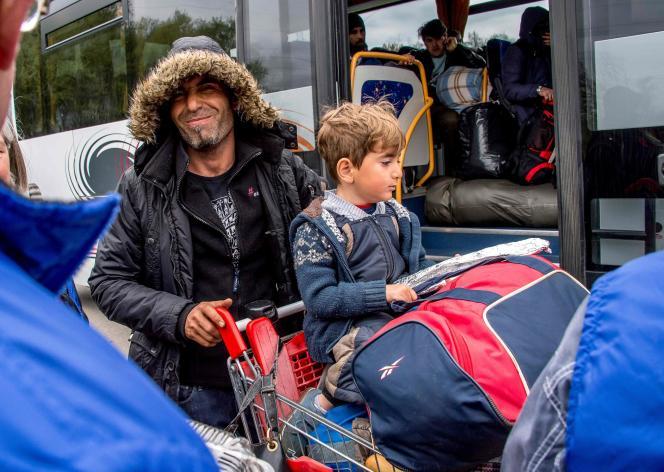 Des migrants montent dans des bus à Grande-Synthe le 14 avril.