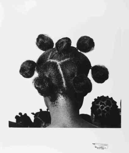 «Dans la série « Hairstyles », rassemblant plusieurs milliers de clichés de coiffures nigérianes féminines, Ojeikere constitue une importante archive photographique réalisée entre 1968 et 1999. Chaque coiffure est porteuse d'une signification ».