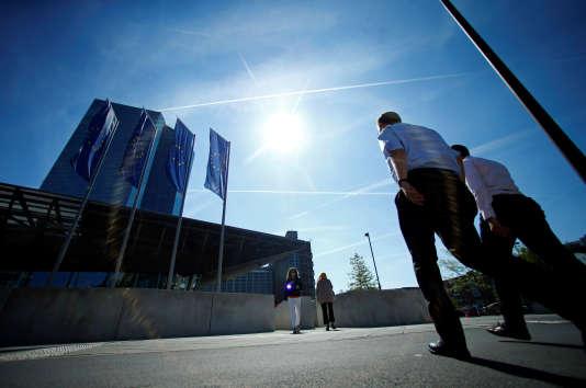 Devant le siège de la Banque centrale européenne (BCE) à Francfort, en Allemagne, le 8 septembre 2016.