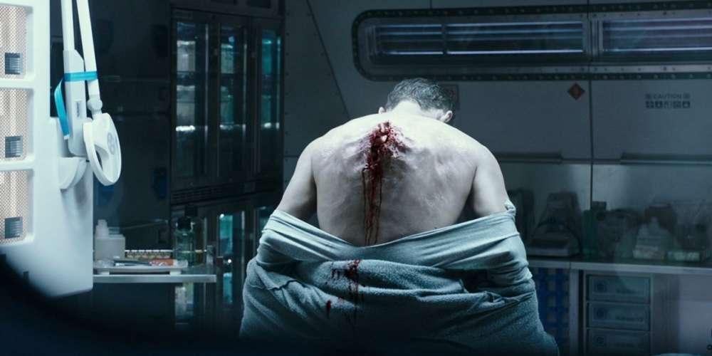 Ayant réussi à se débarrasser de rivaux potentiels, dont le Sud-Africain Neill Blomkamp, qui se proposait de reprendre la série « Alien» en aval, le cinéaste britannique donne enfin une suite à «Alien Résurrection», réalisé en 1997 par Jean-Pierre Jeunet, longtemps resté le dernier de son espèce. Ce nouveau volet de la saga se situe dans la continuité de «Prometheus»(2012), annonce au moins deux autres films, que Ridley Scott se propose de réaliser, et permettra aux exégètes d'éclairer quelques zones d'ombre d'un univers suivi presque aussi obsessivement que celui de «Star Wars».
