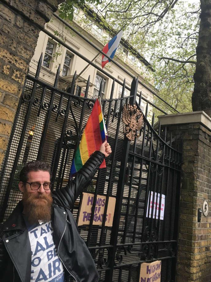 Un militant de la cause LGBT manifeste devant l'ambassade russe à Londres pour protester contre les mauvais traitements infligés aux personnes homosexuelles ou bisexuelles en Tchétchénie, le 12 avril 2017.