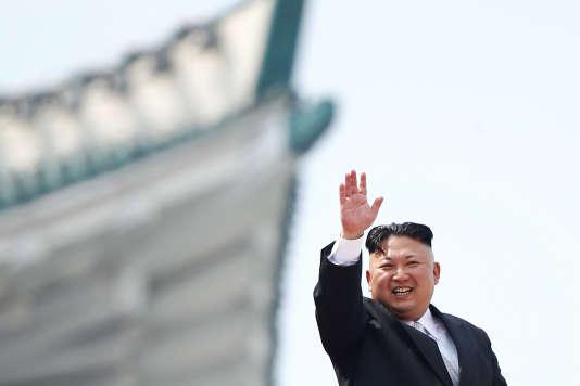 Kim Jong-un salue la foule à Pyongyang, le 15 avril 2017.