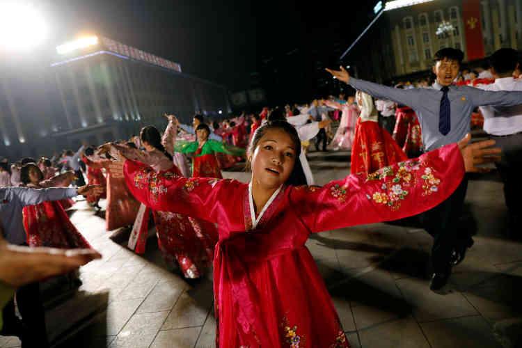 Des participants au bal géant dans la nuit de samedi à dimanche à la gloire de Kim Il-sung.